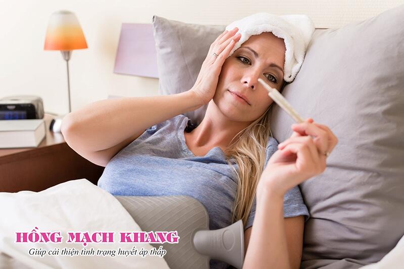 Sốt cao kéo dài có thể gây mất nước làm hạ huyết áp